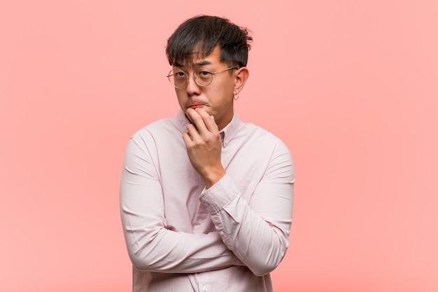 Jonge chinese mens die over een idee denkt