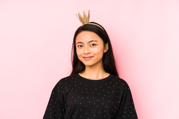 Jonge chinese prinses vrouw geïsoleerd op een roze achtergrond persoon met de hand wijzend naar een shirt kopie ruimte, trots en zelfverzekerd