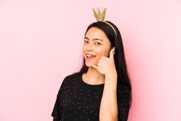 Jonge chinese prinsesvrouw die op een roze muur wordt geïsoleerd die een aangename verrassing ontvangt, opgewonden en handen opheft.