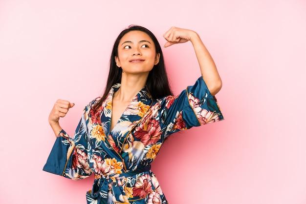 Jonge chinese vrouw die een aziatische pijama draagt die zich met uitgestrekte hand bevindt die eindeteken toont, dat u verhindert.