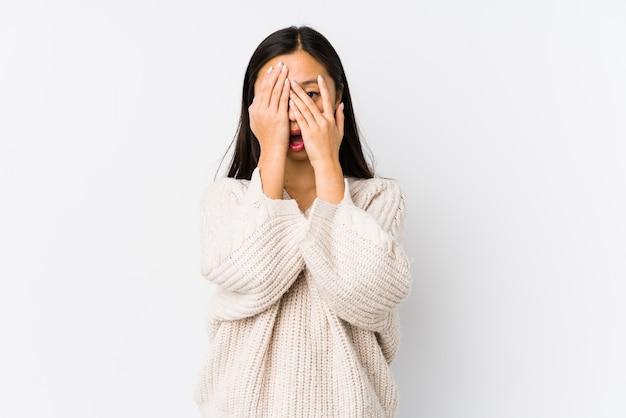 Jonge chinese vrouw geïsoleerd knipperen door angstige en nerveuze vingers.