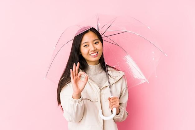 Jonge chinese vrouw met een paraplu