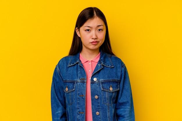 Jonge chinese vrouw verdrietig, ernstig gezicht, zich ellendig en ontevreden voelen.