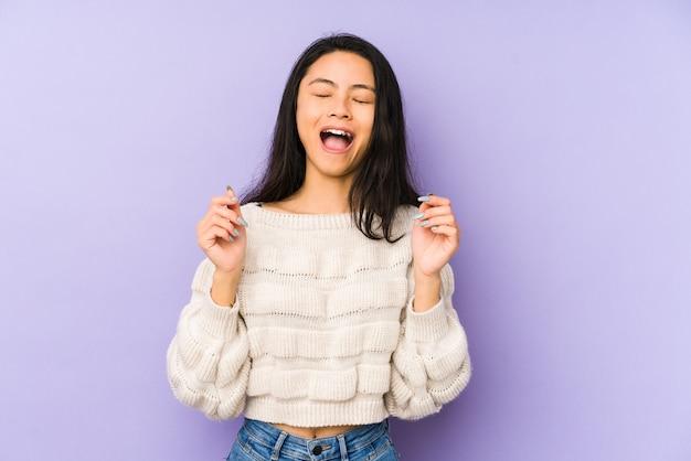 Jonge chinese vrouw vrolijk lachen veel. geluk concept.
