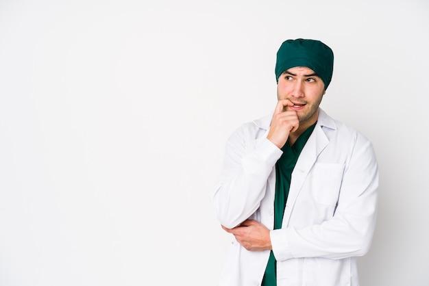 Jonge chirurg man ontspannen na te denken over iets