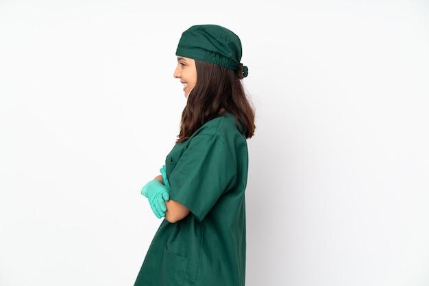 Jonge chirurgenvrouw over geïsoleerde muur