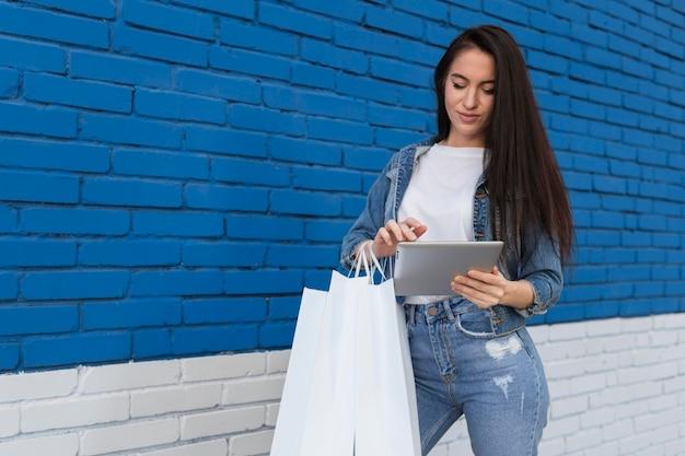 Jonge cliënt met behulp van een digitale tablet