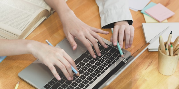 Jonge collagestudenten die aan hun project werken