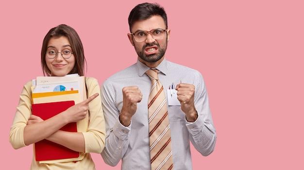 Jonge collega's in formele kleding