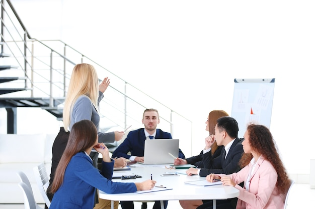 Jonge collega's werken en bespreken tijdens de zakelijke bijeenkomst op kantoor