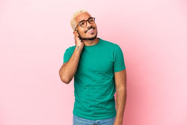 Jonge colombiaanse knappe man geïsoleerd op roze achtergrond denken een idee