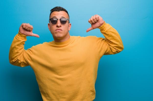 Jonge colombiaanse man wijzende vingers, voorbeeld te volgen