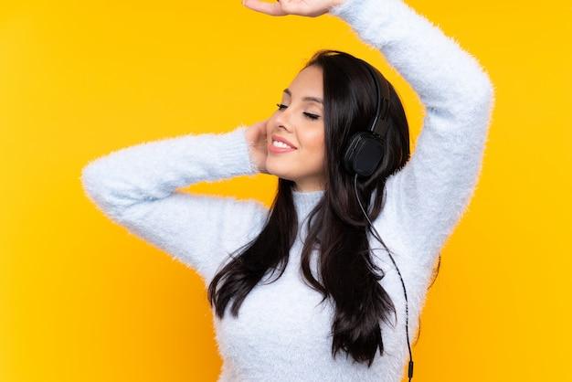 Jonge colombiaanse meisje muziek luisteren en dansen