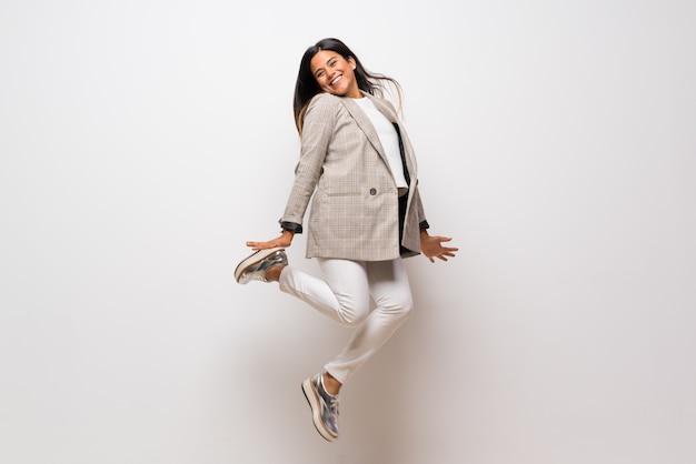 Jonge colombiaanse meisje springen