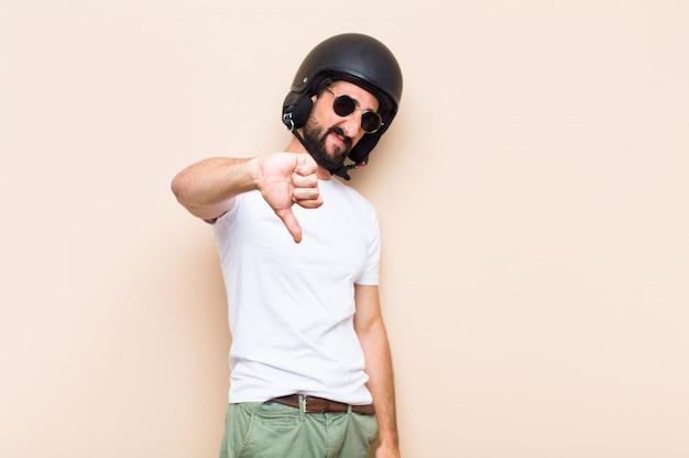 Jonge cool bebaarde man boze uitdrukking met een helm