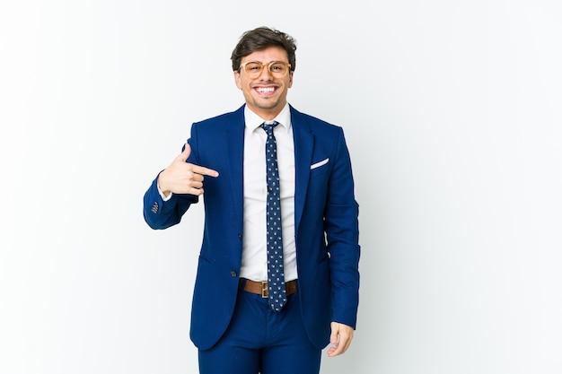 Jonge cool man bedrijfspersoon wijst met de hand naar een shirt kopie ruimte, trots en zelfverzekerd