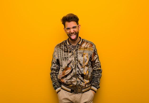 Jonge coole man grappige en vriendelijke tonende tong