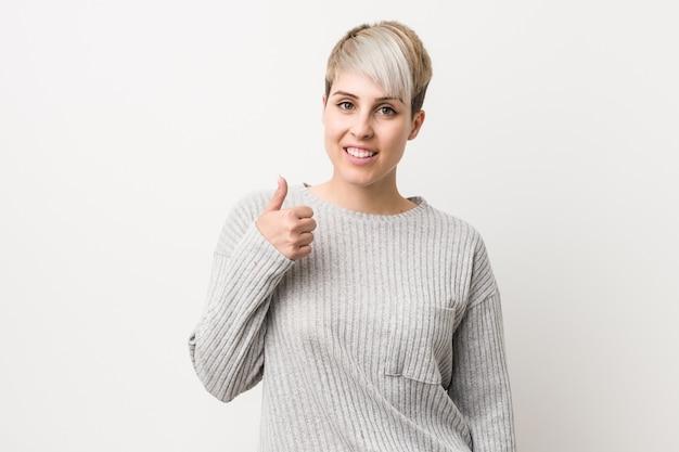 Jonge curvy kaukasische vrouw geïsoleerde lachend en verhogen duim omhoog