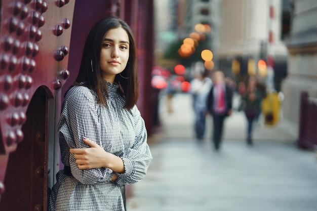 Jonge dame die de brug in de stad kruist