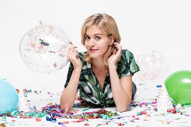 Jonge dame die een ballon houdt en fotograaf bekijkt