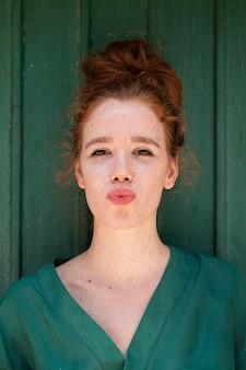 Jonge dame die een eendgezicht voor camera maakt