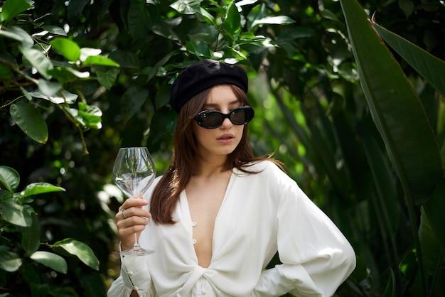 Jonge dame die een wijnglas houdt