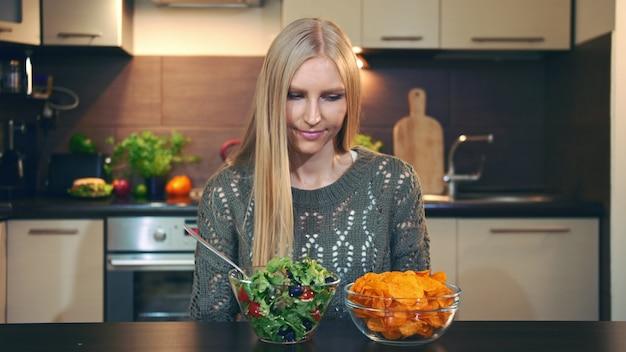 Jonge dame die salade verkiest te knapperig.