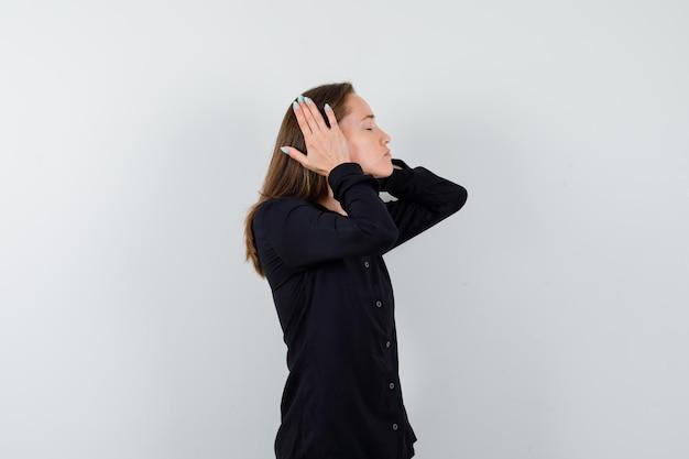 Jonge dame hand in hand op oor