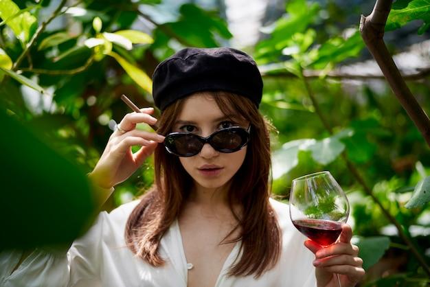 Jonge dame het drinken van wijn