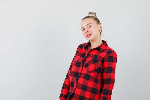Jonge dame in geruit overhemd en ziet er verrukkelijk uit
