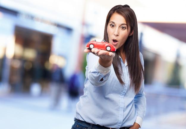 Jonge dame met een stuk speelgoed op haar hand