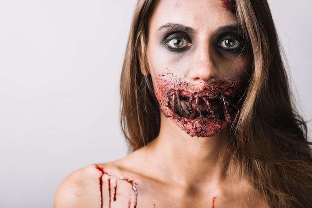 Jonge dame met griezelige make-up