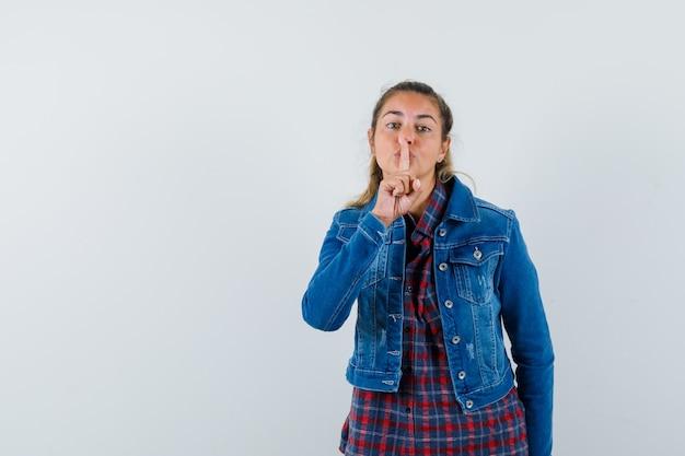 Jonge dame stiltegebaar in overhemd, jasje en op zoek schattig, vooraanzicht.