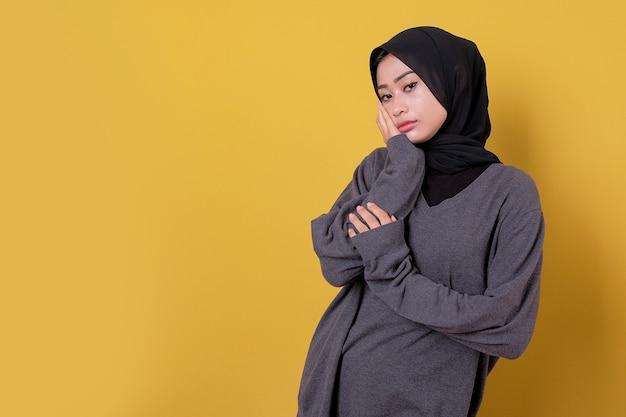Jonge dame vrouw verdriet expressie met behulp van casual t-shirt