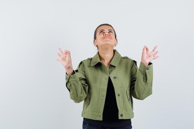 Jonge dame yoga gebaar in t-shirt tonen