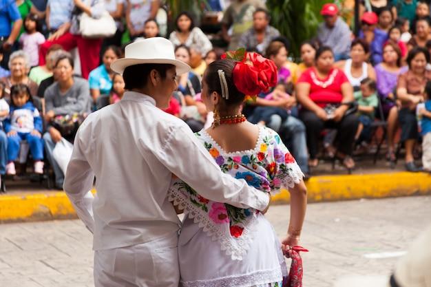 Jonge dansers optreden voor de menigte in de vaqueria op merida city festival.