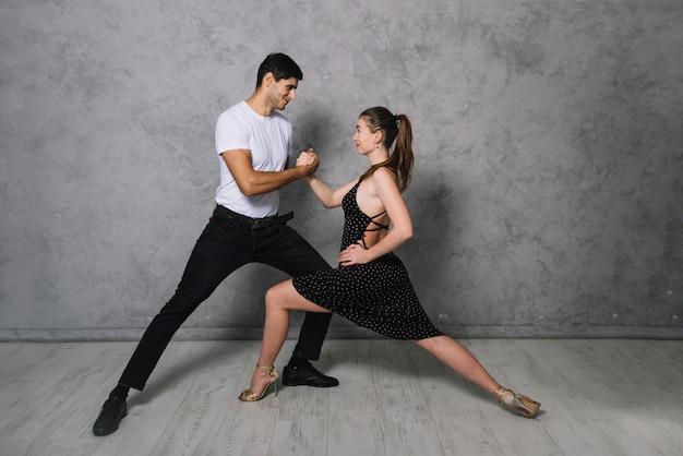 Jonge danspartners dansen tango