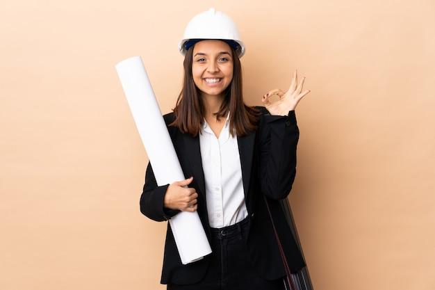 Jonge de holdingsblauwdrukken van de architectenvrouw