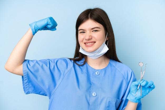 Jonge de holdingshulpmiddelen die van de tandartsvrouw een overwinning vieren