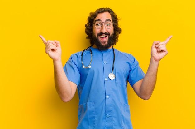 Jonge de overwinningsuitdrukking van de verpleegstersmens tegen gele muur