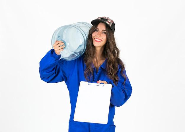 Jonge deliverywomman met waterkaraf