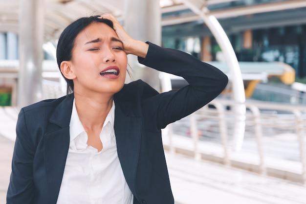 Jonge depressieve zakenvrouw
