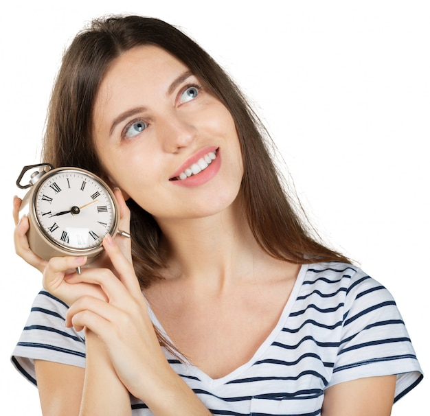 Jonge die vrouw met wekker op wit wordt geïsoleerd. time management concept