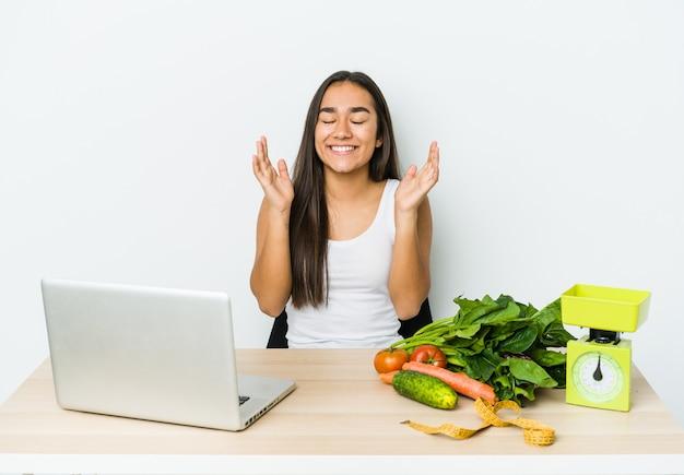 Jonge diëtist aziatische vrouw geïsoleerd op een witte achtergrond vrolijk lachen veel. geluk concept.