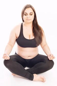 Jonge dikke vrouw die aërobe oefening doet