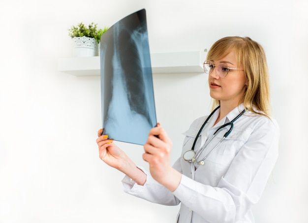 Jonge dokter arts zal momentopname van de longen wissen