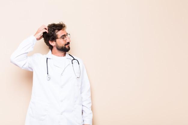Jonge dokter die denkt of twijfelt en naar de zijkant kijkt