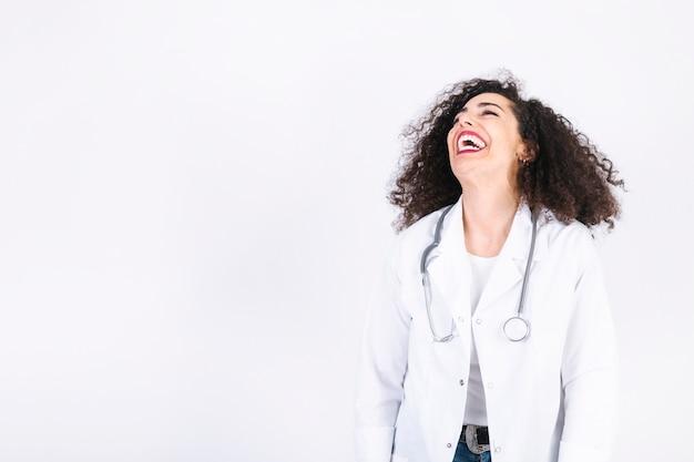 Jonge dokter hardop lachen