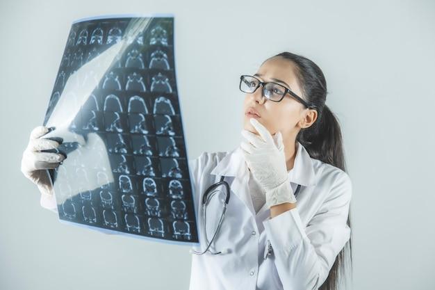 Jonge dokter kijken naar computer tomografie x-ray afbeelding