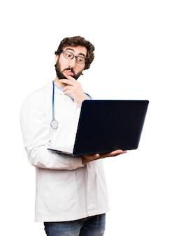 Jonge dokter man met een laptot